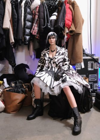 A model poses backstage for the Jeremy Scott fashion show during New York Fashion Week: The Shows at Gallery I at Spring Studios on February 8, 2019 in New York City (Guliver Photos/ Getty Images)