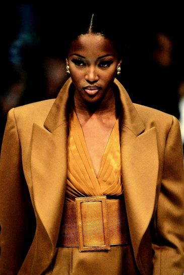 PARIS, FRANCE - OCTOBER 26: Top model Naomi Campbell walks the runway during the Azzedine Alaia Ready to Wear Spring/Summer 1992 fashion show as part of the Paris fashion week on October 26, 1992 in Paris, France. (Guliver Photos/Getty Images)