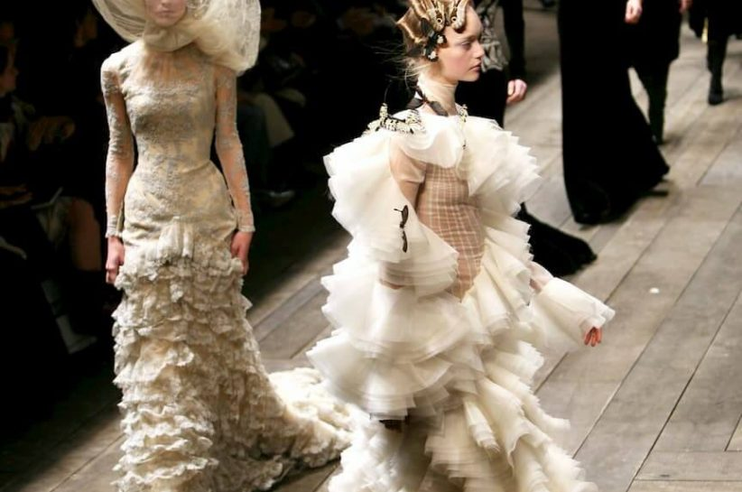 Models wearing Alexander McQueen Autumn/Winter 2006, Paris Fashion Week (Guliver Photo/Getty Images)