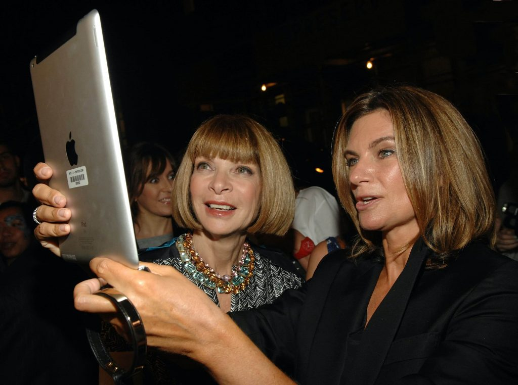 Editor-in-chief of American Vogue Anna Wintour and Net-A-Porter founder Natalie Massenet attend the NET-A-PORTER.COM The Window Shop event for Fashion's Night Out on September 8, 2011 in New York City. (Guliver Photos/Getty Images)