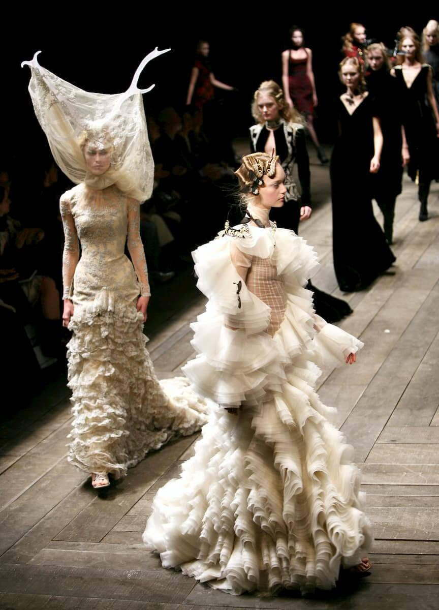 Models wearing Alexander McQueen Autumn/Winter 2006, Paris Fashion Week (Guliver Photo/Getty Images)
